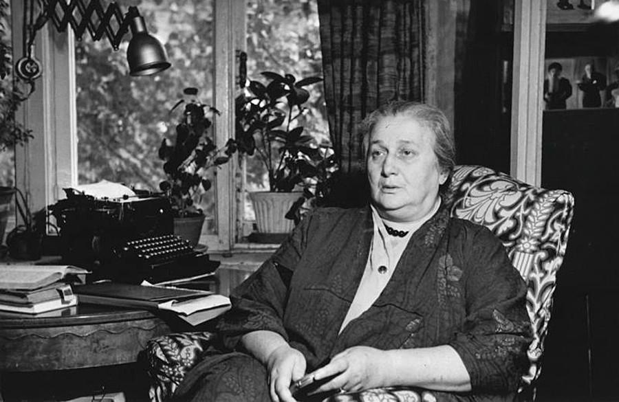 La poetisa Anna Ajmátova en la casa del escritor Víctor Ardov