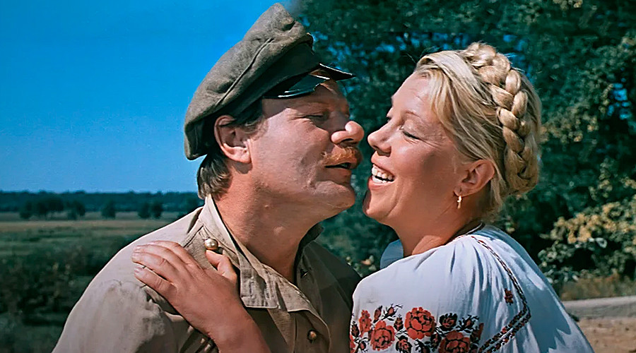 "Cuplikan adegan film romantis Soviet ""Svadba v Malinovke"". Bahasa Rusia bisa sangat romantis!"