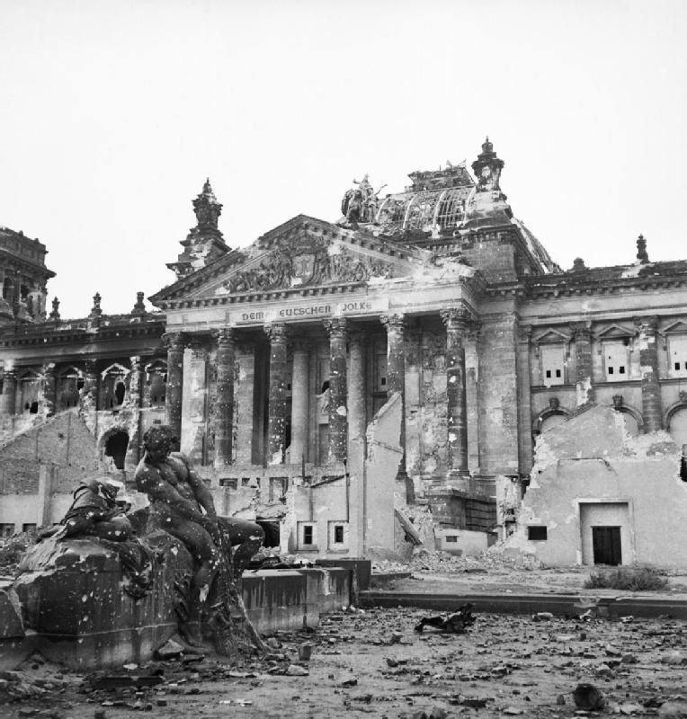 Reichstag após ser tomado por soviéticos, em junho de 1945 .