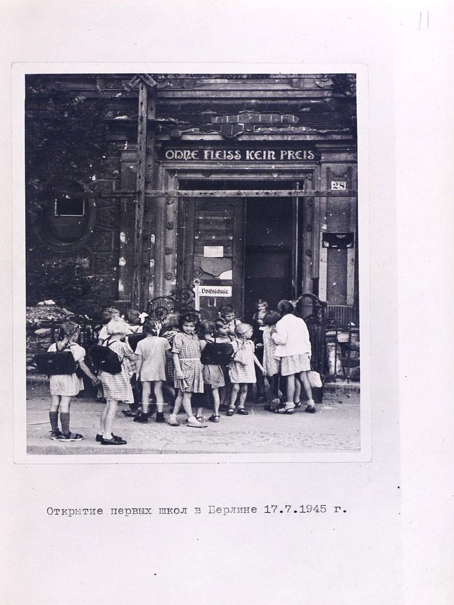 Abertura da primeira escola na Berlim pós-Guerra, em 17 de julho de 1945.