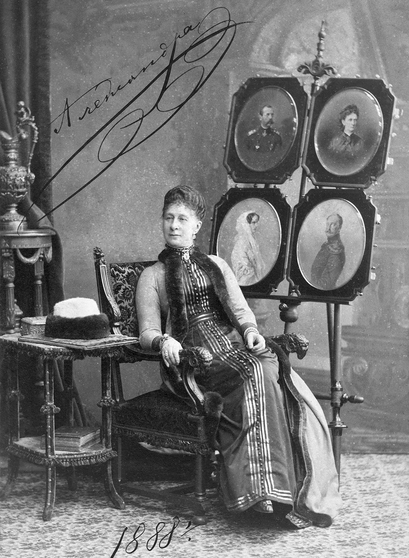 Великая Княгиня Александра Иосифовна с портретами покойных членов императорской фамилии, 1888