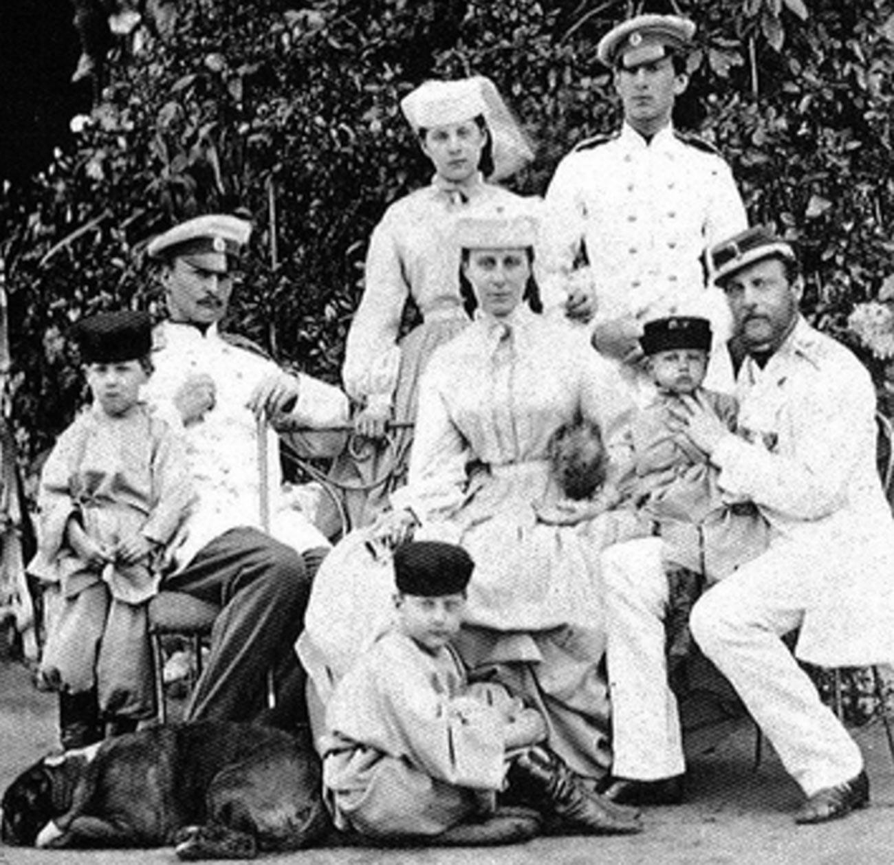 Константин Николаевич с семьей. Никола – справа в верхнем ряду