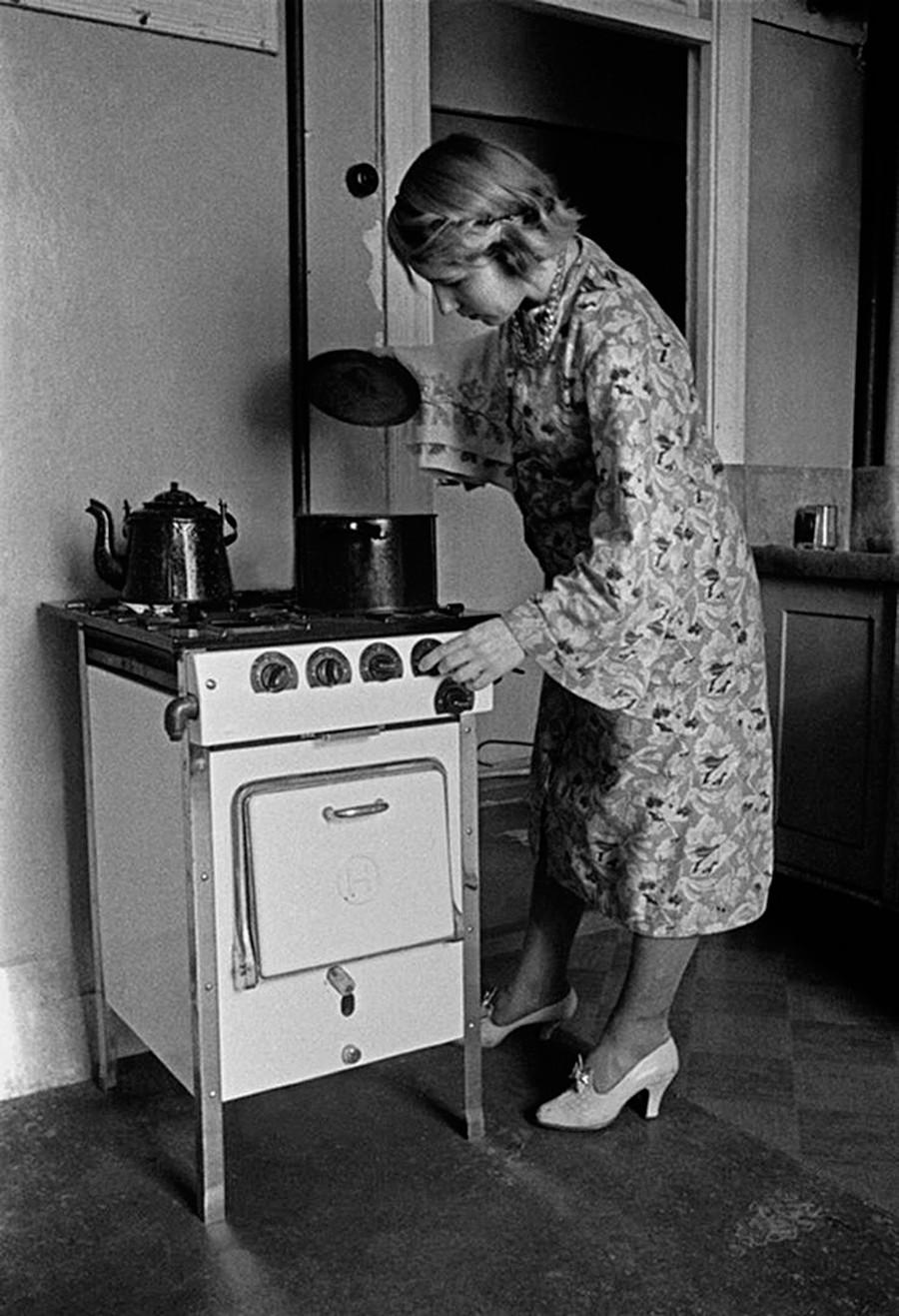 Seorang perempuan di dapur.
