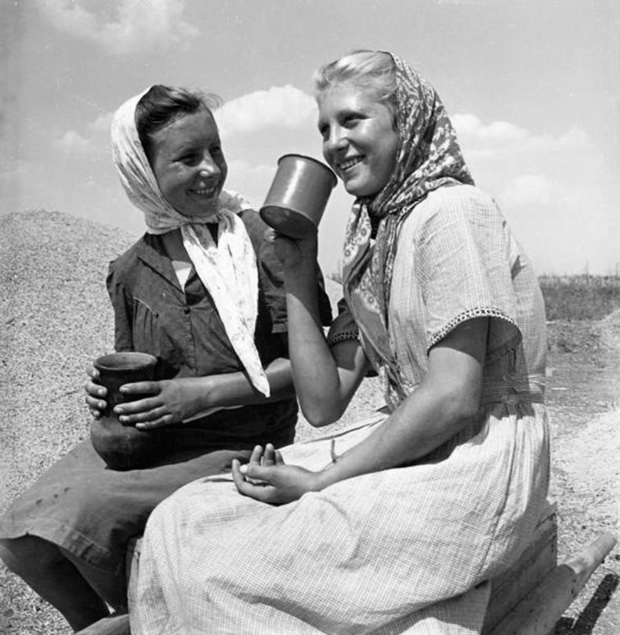 Dua pekerja perempuan menikmati istirahat siang.