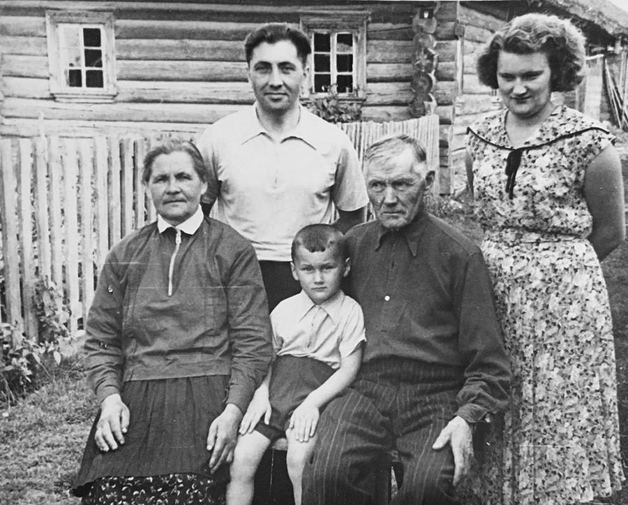 Famille des Khartanovitch. À l'échelle du village, leurs enfants ont atteint le succès : ils ont pu sortir de leur condition de paysans, ont été diplômés de l'institut de médecine et sont devenus médecins dans les années 1950.