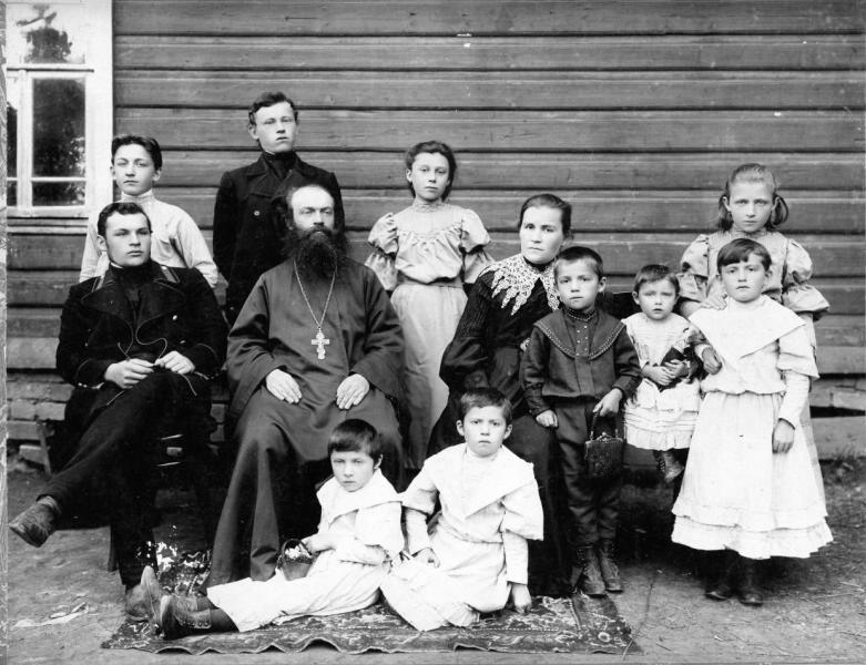 Portrait de groupe de la famille d'un prêtre, années 1900