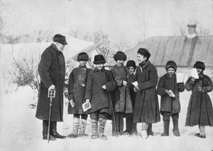 Every teacher, including Tolstoy himself, would give 5-6 lessons a day. Yasnaya Polyana, 1908.