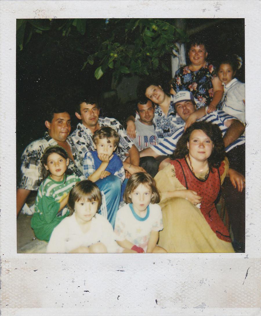 1990年代、ポラロイド写真が登場し、家族写真はこのようになった