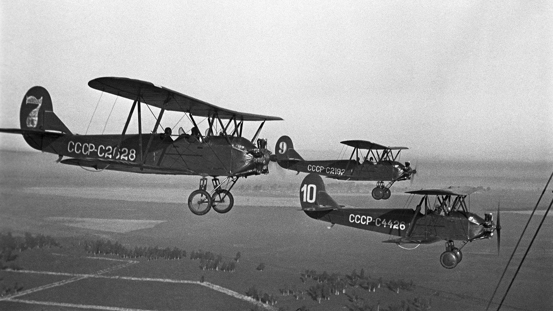 Piloti letalskega kluba mesta Gorki (danes Nižni Novgorod) leta 1940 z letalu U-2