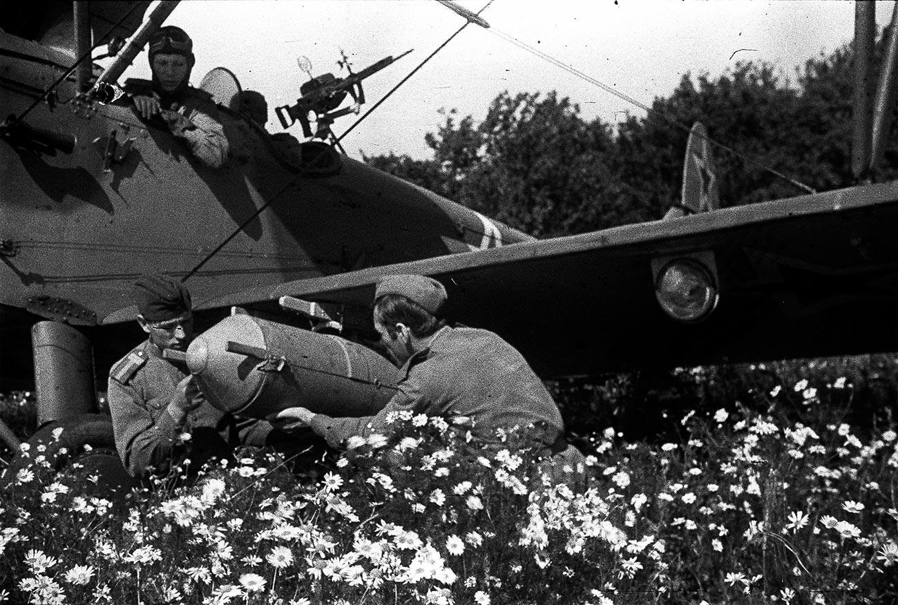 2. ukrajinska fronta. Priprava letala U-2 na polet.