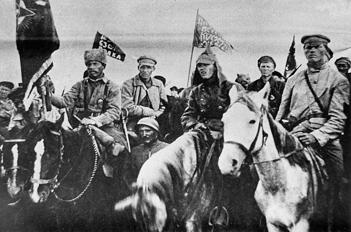 Страна војна интервенција и грађански рат у Русији (1918-1922). Борци првог Сучанског револуционарног одреда који су под руководством комунистичког интернационалисте Емила Либкнехта пружали отпор страним интервентима.