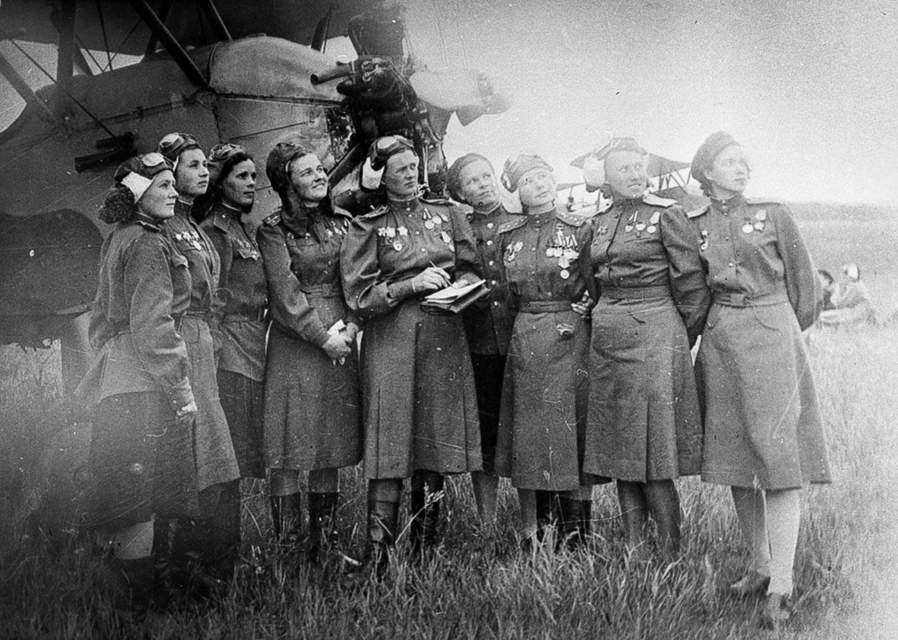 Пилоти от 46-ти гвардейски авиационен полк
