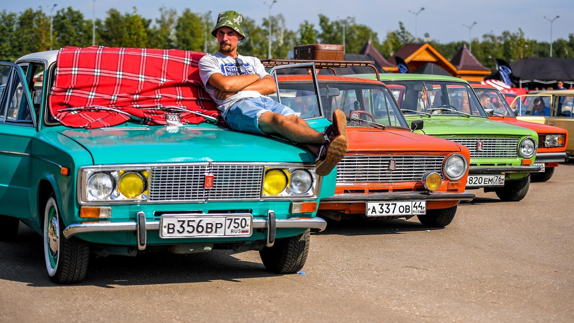 """Un participant du festival russe de rassemblement de Lada """"Ji-Fest"""""""