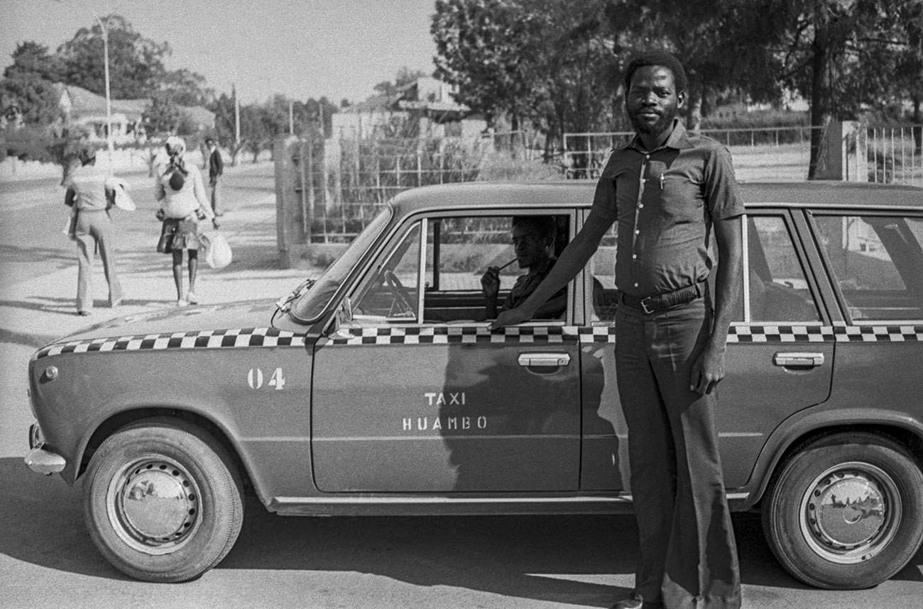 Une Lada faisant office de taxi à Huambo, en Angola, en août 1978