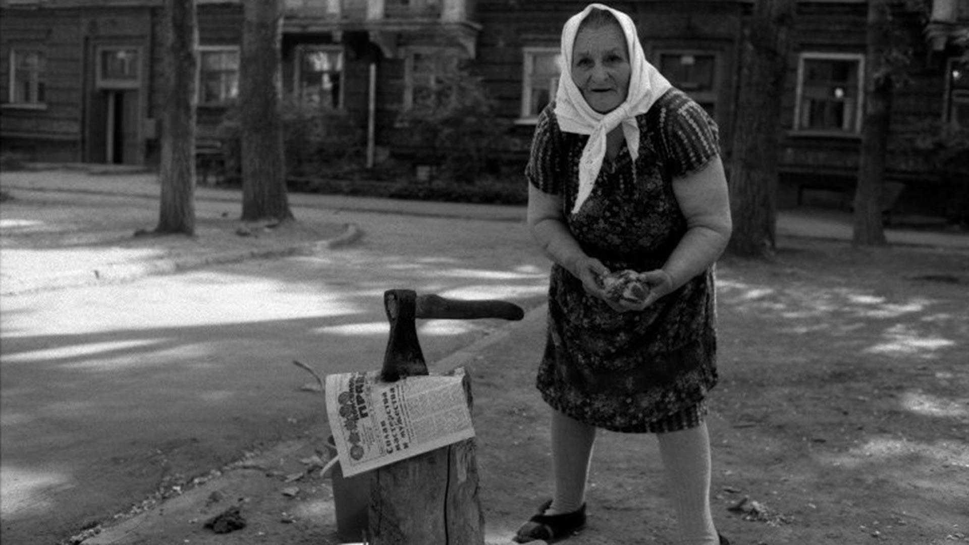 プラウダ紙、斧、骨。1984年