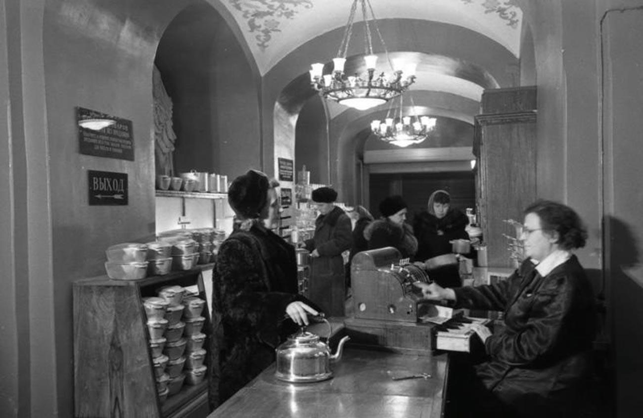 モスクワのグム百貨店で店員をする老女