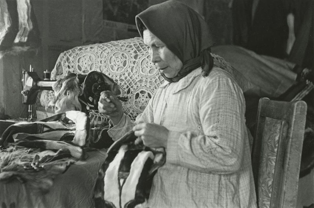 編み物をする老女。1949年