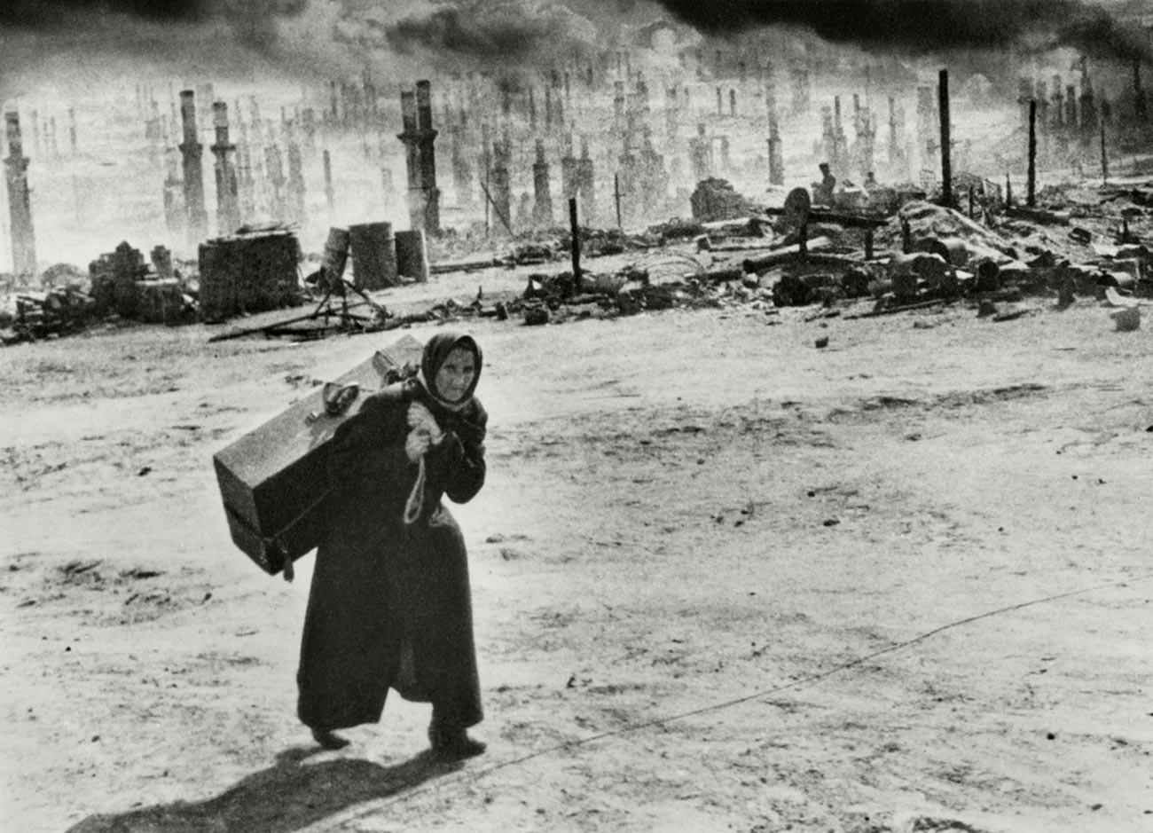 ナチスの空爆後、避難するムルマンスクの老女