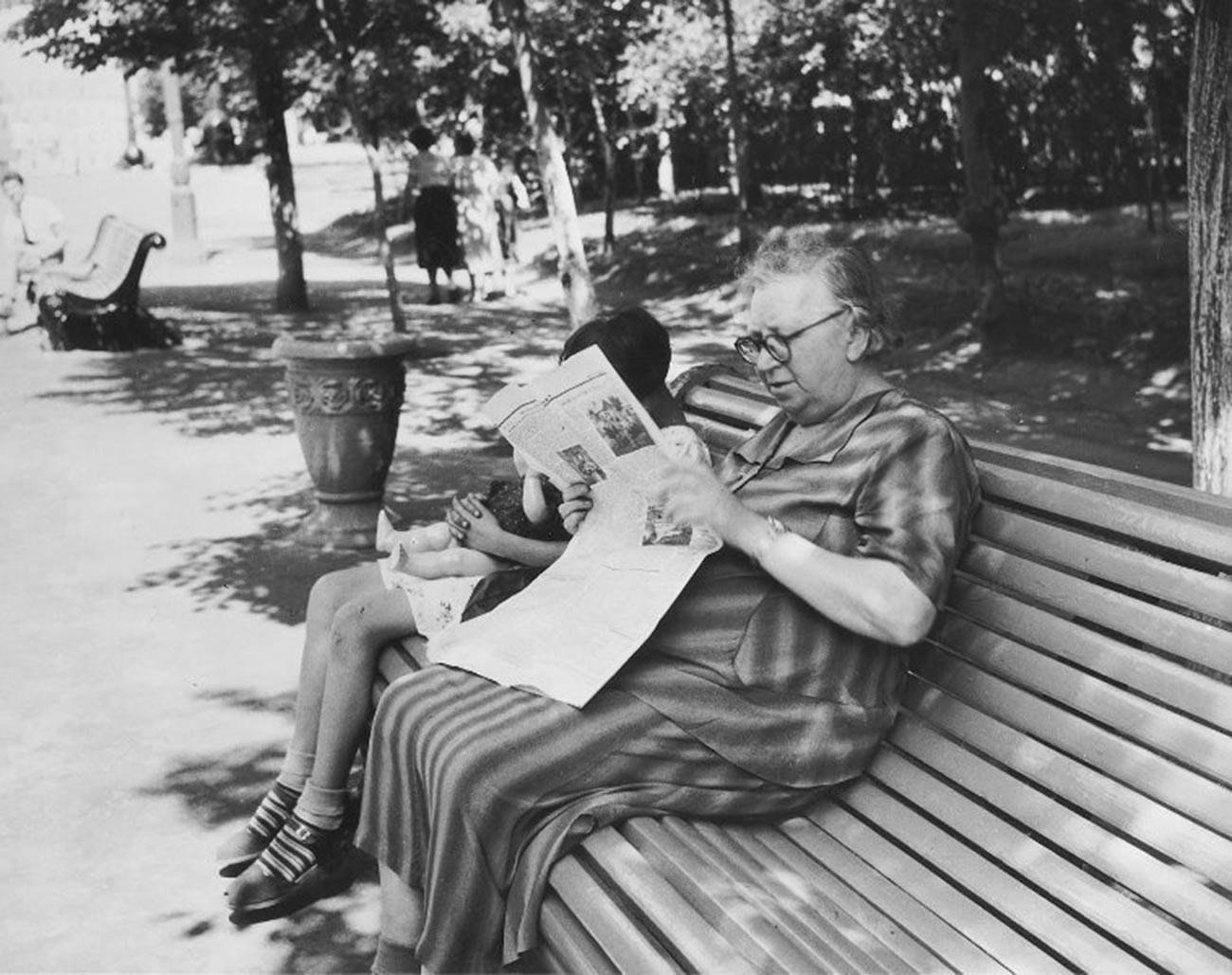 ベンチに腰掛ける老女。1956年