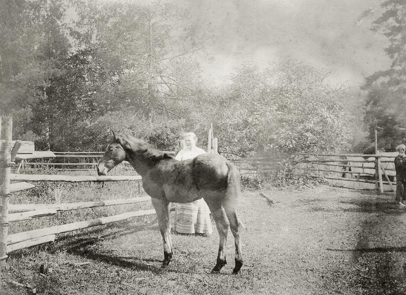 Мария Федоровна Поленова с лошадью Алисой. Усадьба Павловское