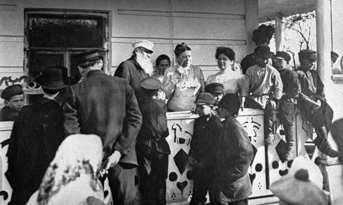 Lev Tolstoj, njegova žena Sofja in otroci v Jasni Poljani.