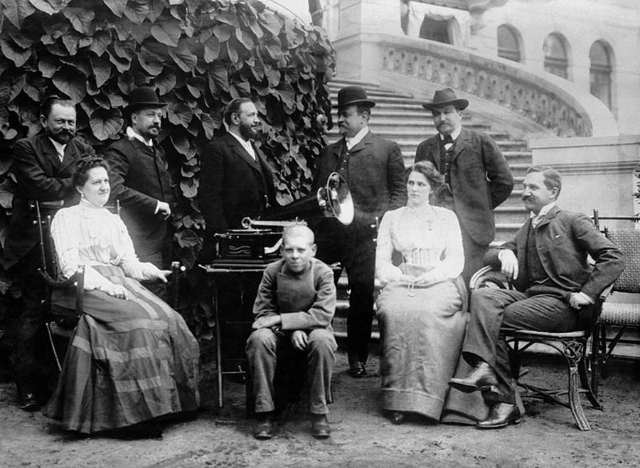 La familia de comerciantes Morozov en la finca Odíntsovo Arjánguelskoie, década de 1900.