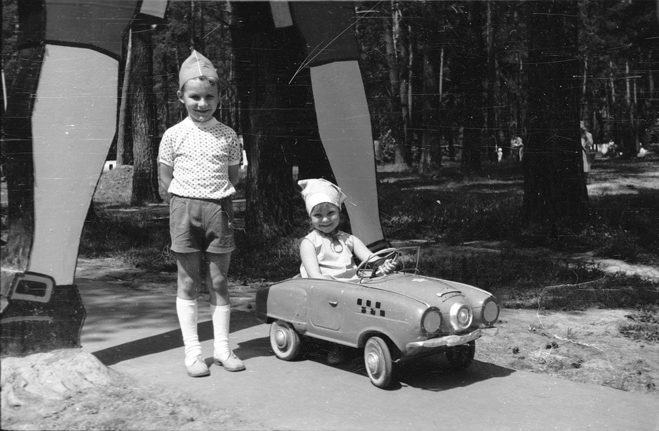 公園で写真撮影する子どもたち、1970年