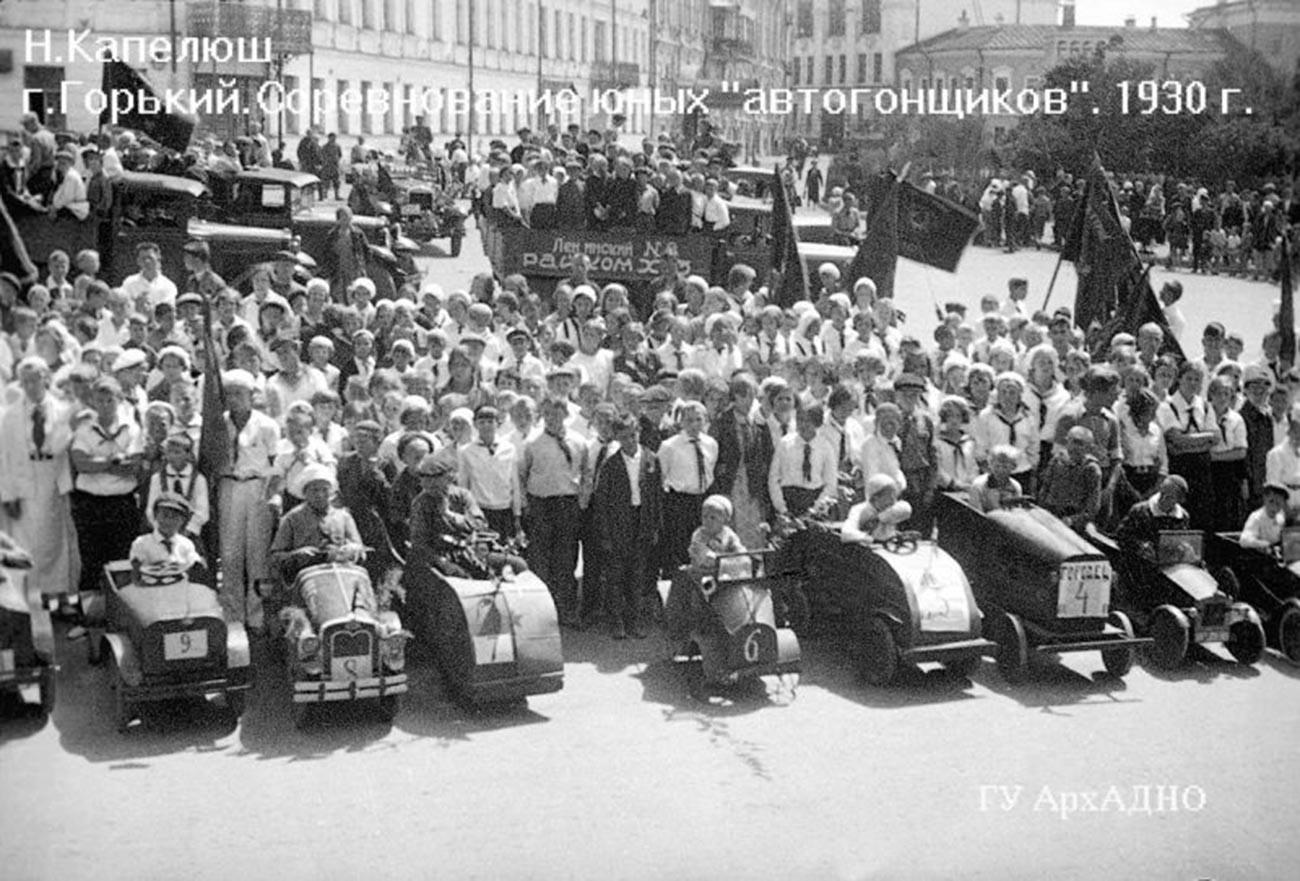 """若き""""レーサー""""たちの競技会、1930年"""