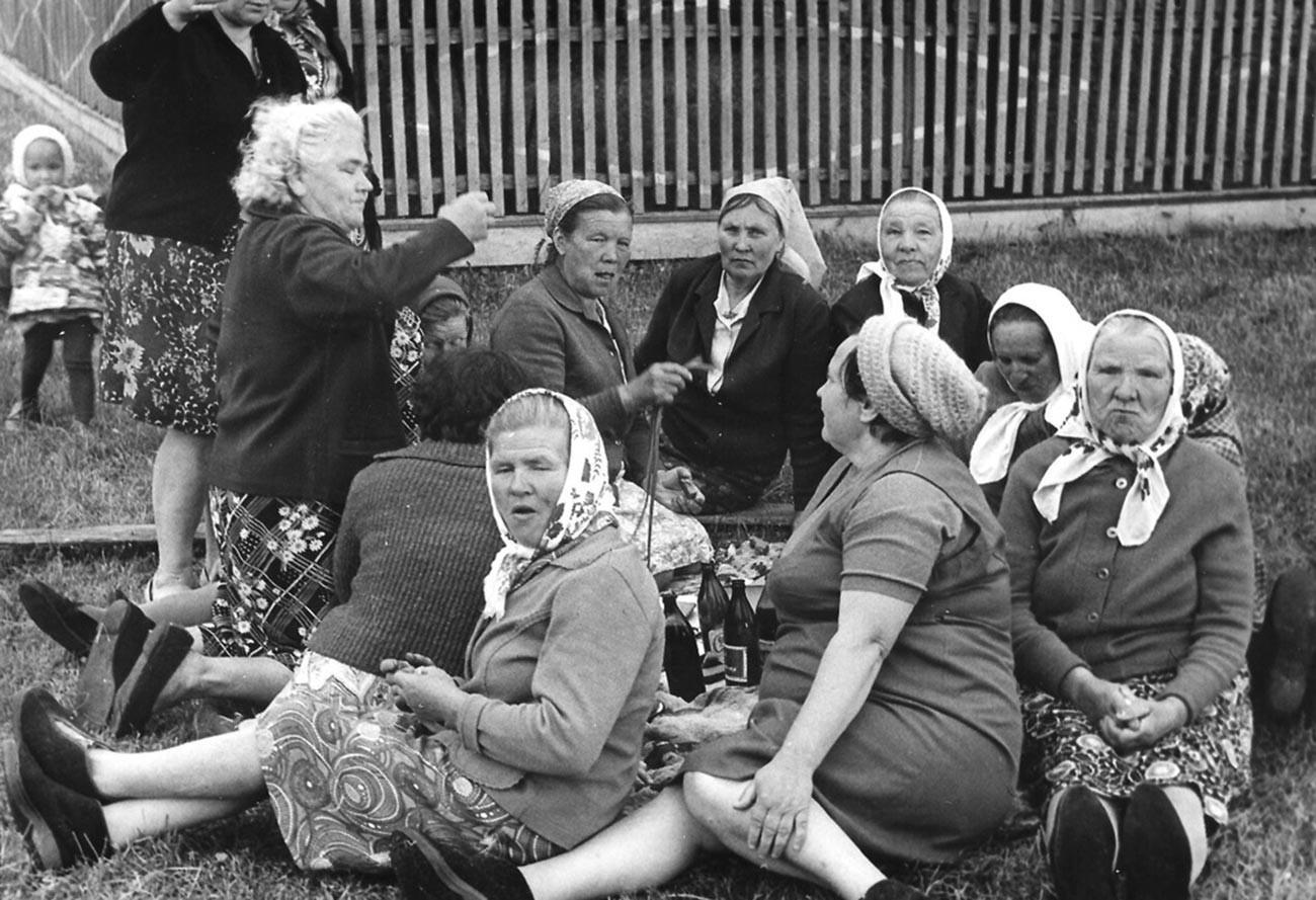 Sekelompok perempuan tua berlibur di sebuah desa, 1978.