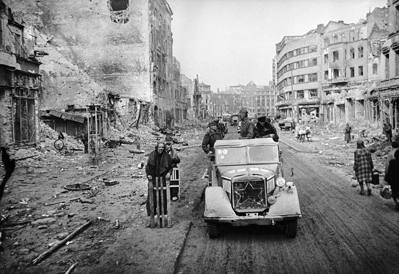 Съветски войници по разрушените улици на Берлин.