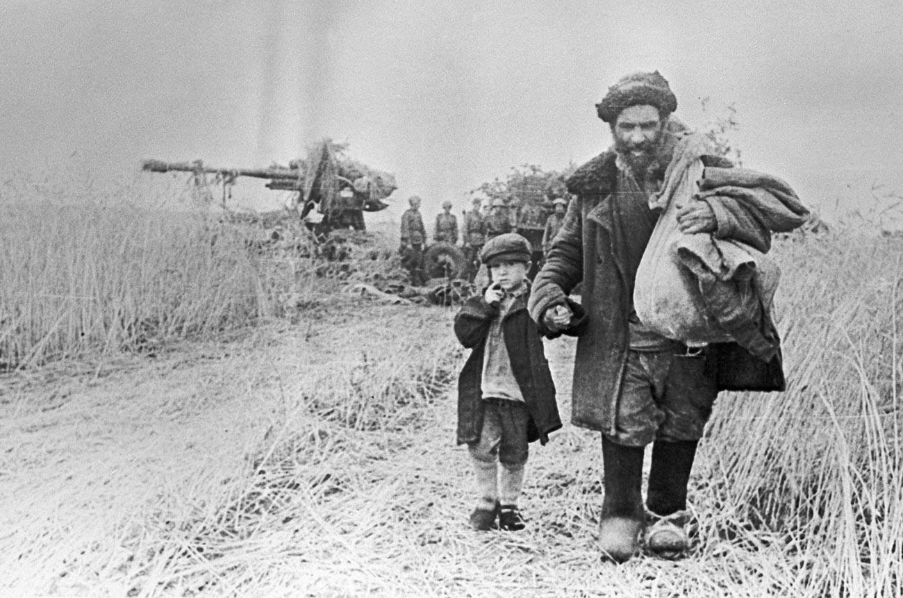 Дядо и внук се връщат у дома в освободената земя.