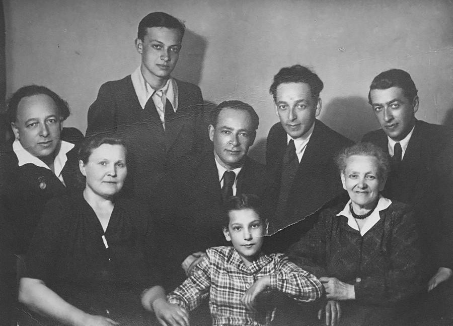 Potret keluarga Razgon pada 1930-an. Lev Razgon, kiri atas kedua, kemudian dikirim untuk melakukan kerja paksa.