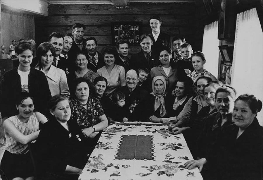 Potret dinasti pekerja Krashennikov pada 1974.