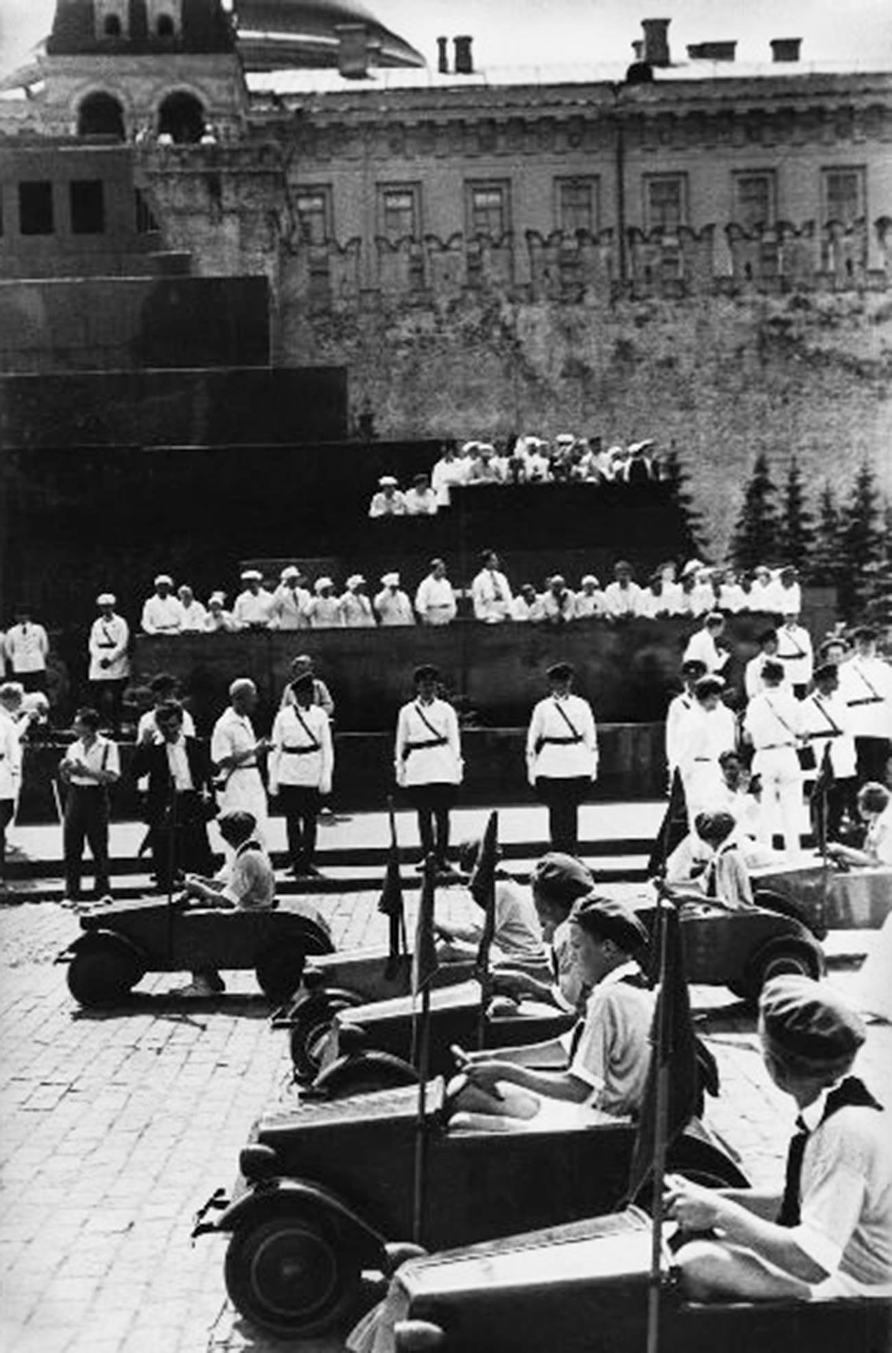 """1936. """"Jovens motoristas"""" em desfile esportiva, Praça Vermelha."""