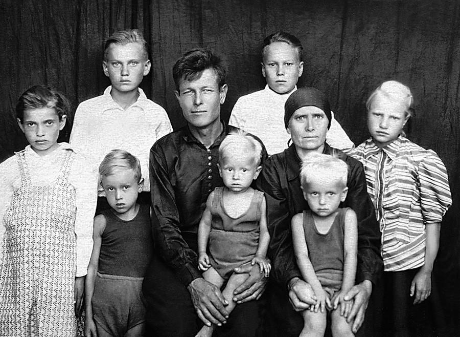 Familienporträt des ehemaligen unterdrückten Kosaken Ischimtsew, der nach seiner Verbannung in den 1950er Jahren nach Hause zurückgekehrt war