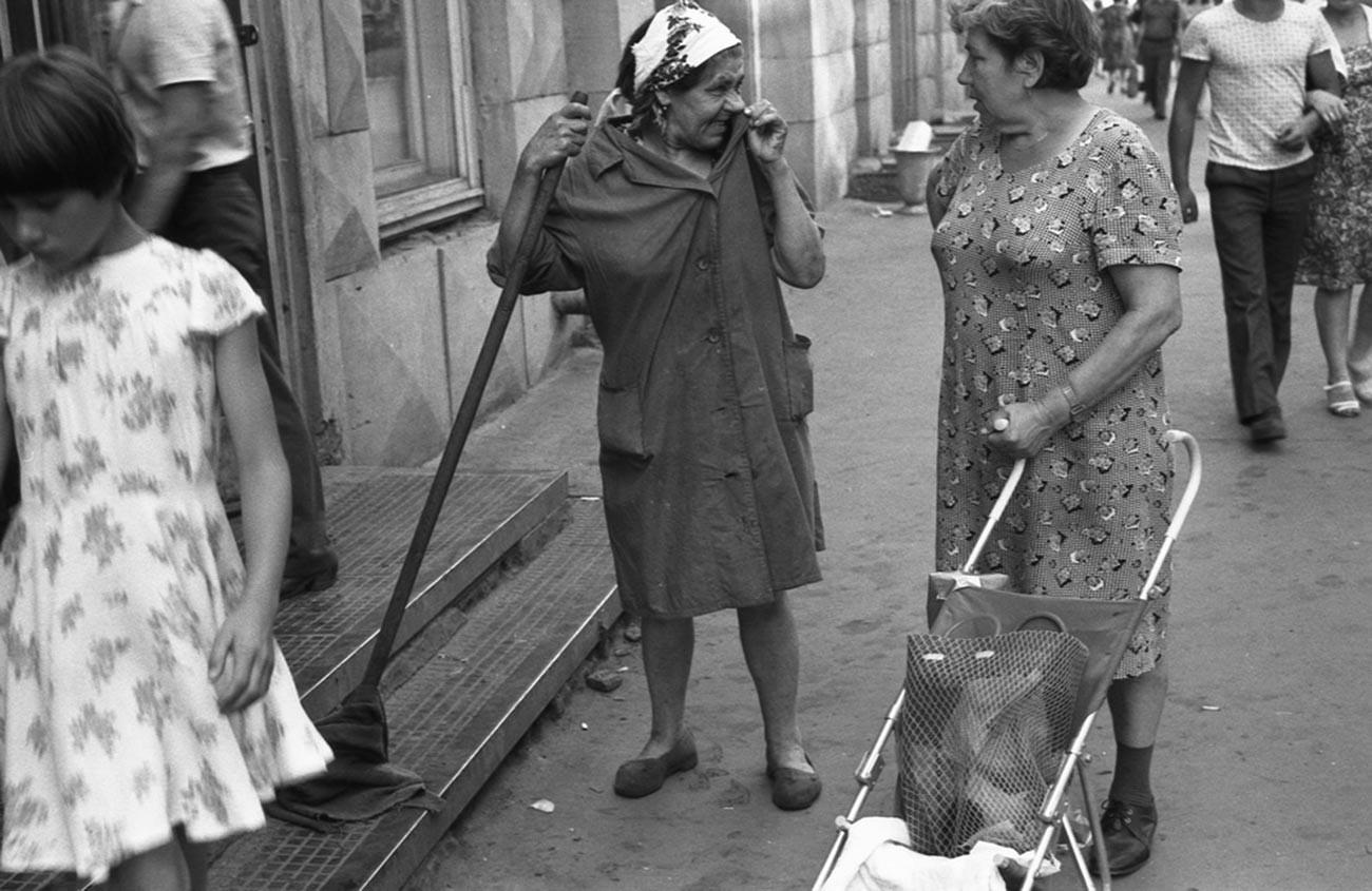 Dos mujeres mayores charlando