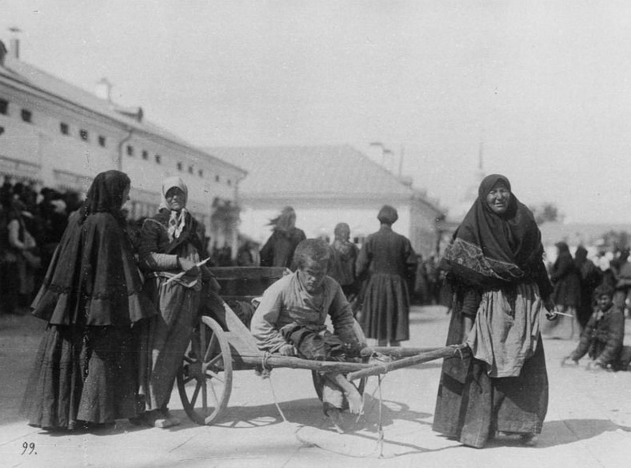 Campesina transportando a su hijo discapacitado cerca del Monasterio de Sárov, 1903