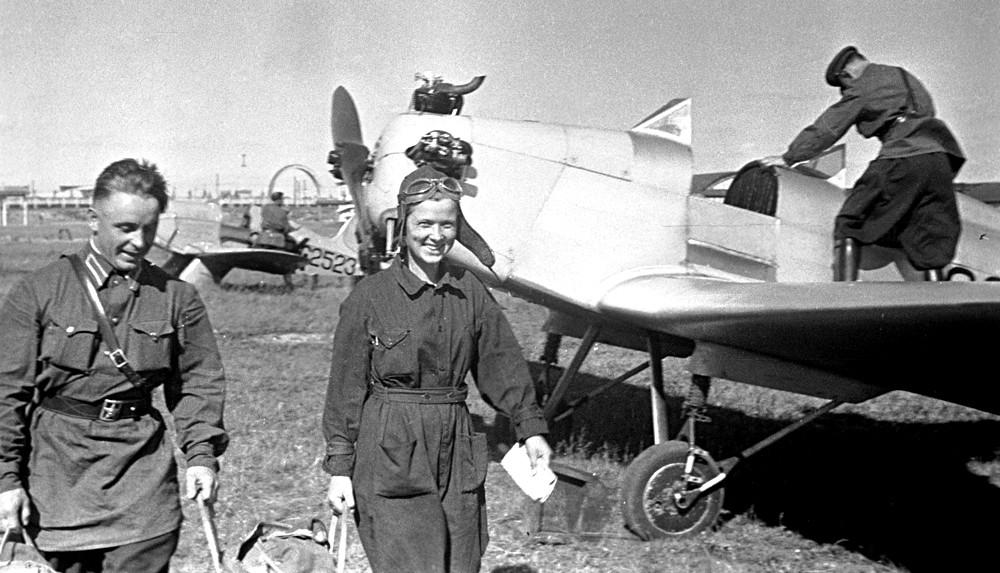 Piloto de testes dos aviões Yak-1 e Yak-3 Ekaterina Mednikova (centro).