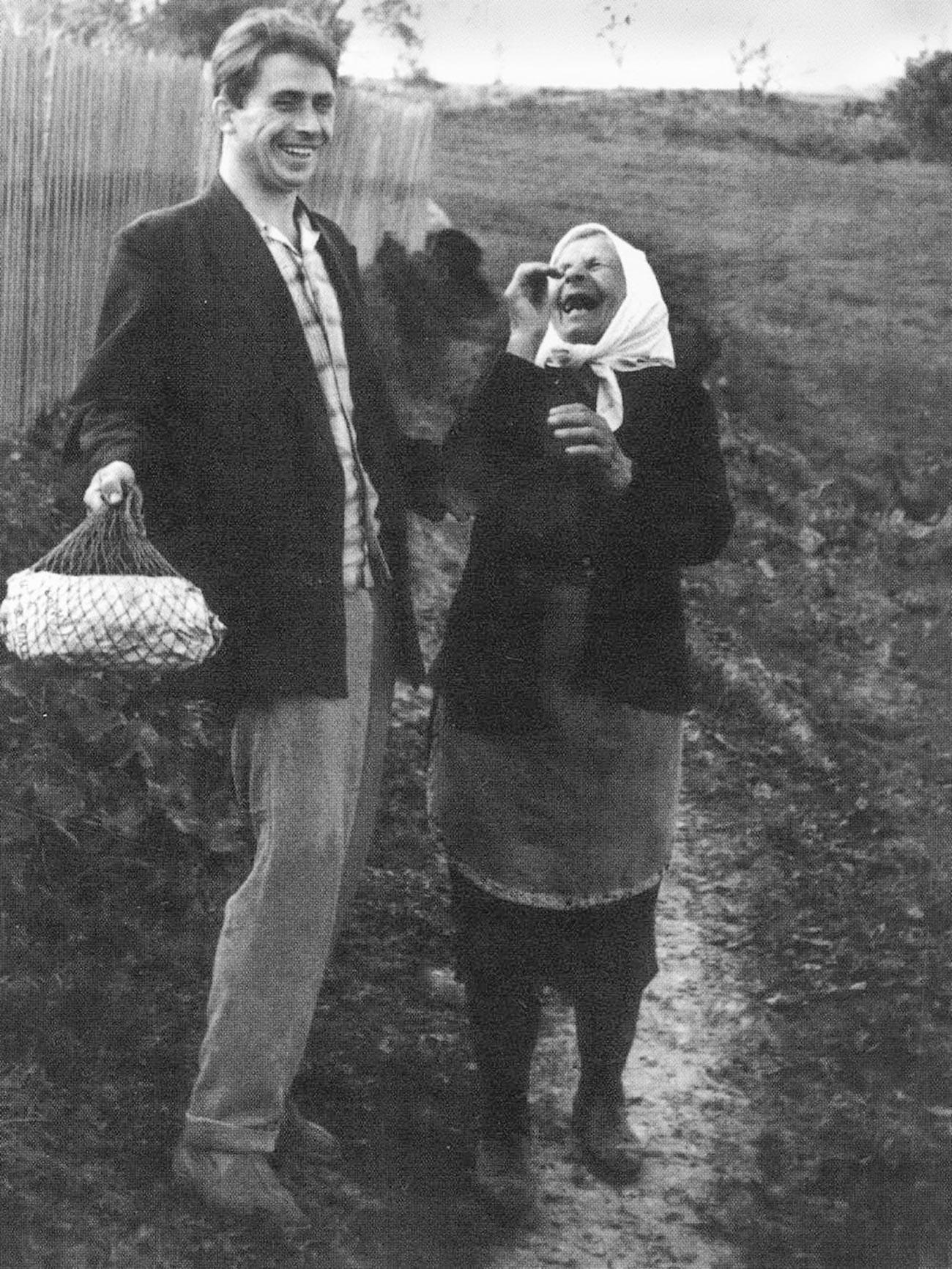 """Abuela y su """"pequeño"""" nieto, años 60."""