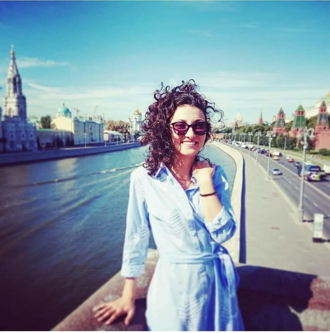 Lungo la Moscova, con sullo sfondo a destra le mura del Cremlino