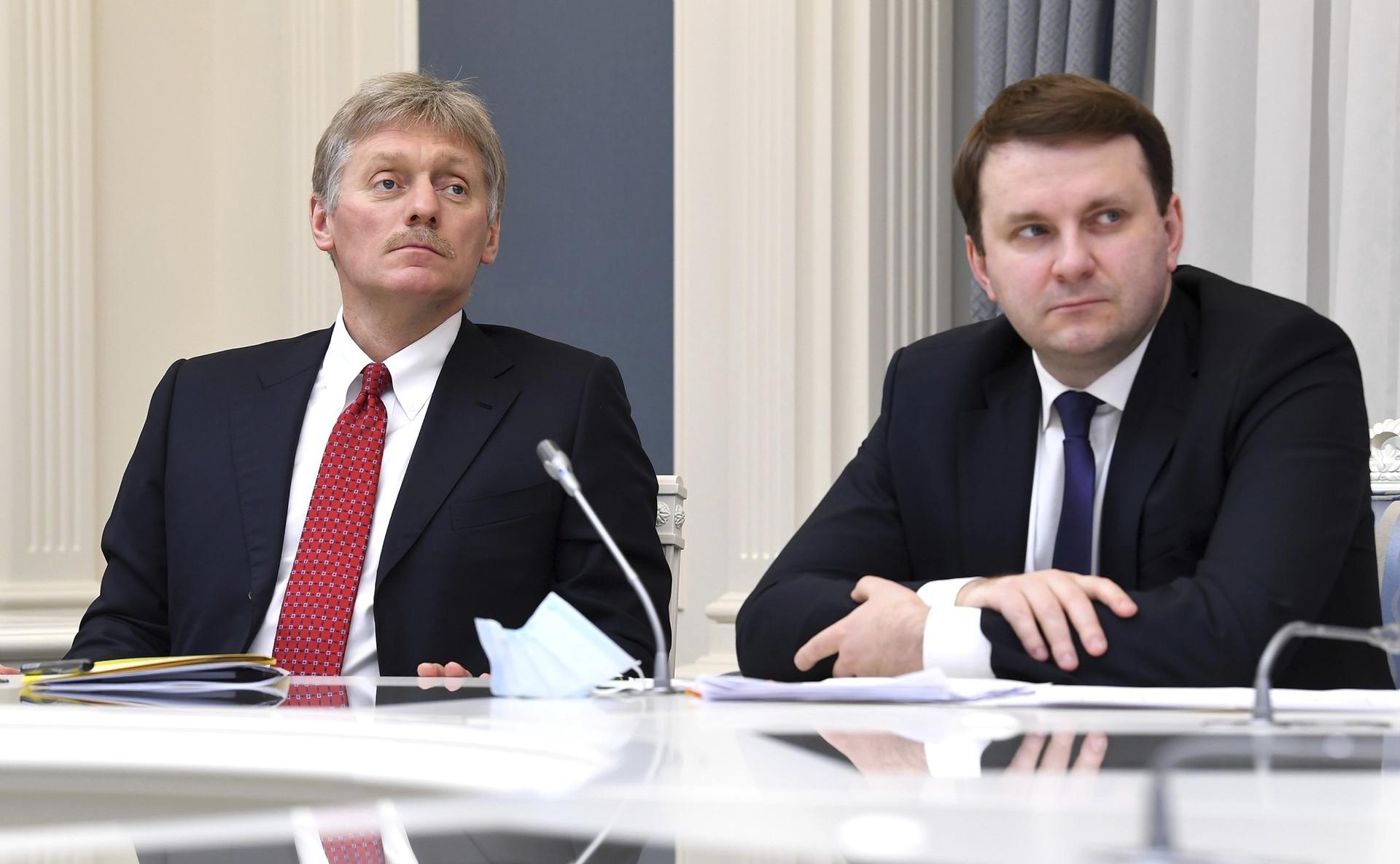 Sekretaris Pers Presiden Dmitry Peskov (kiri).