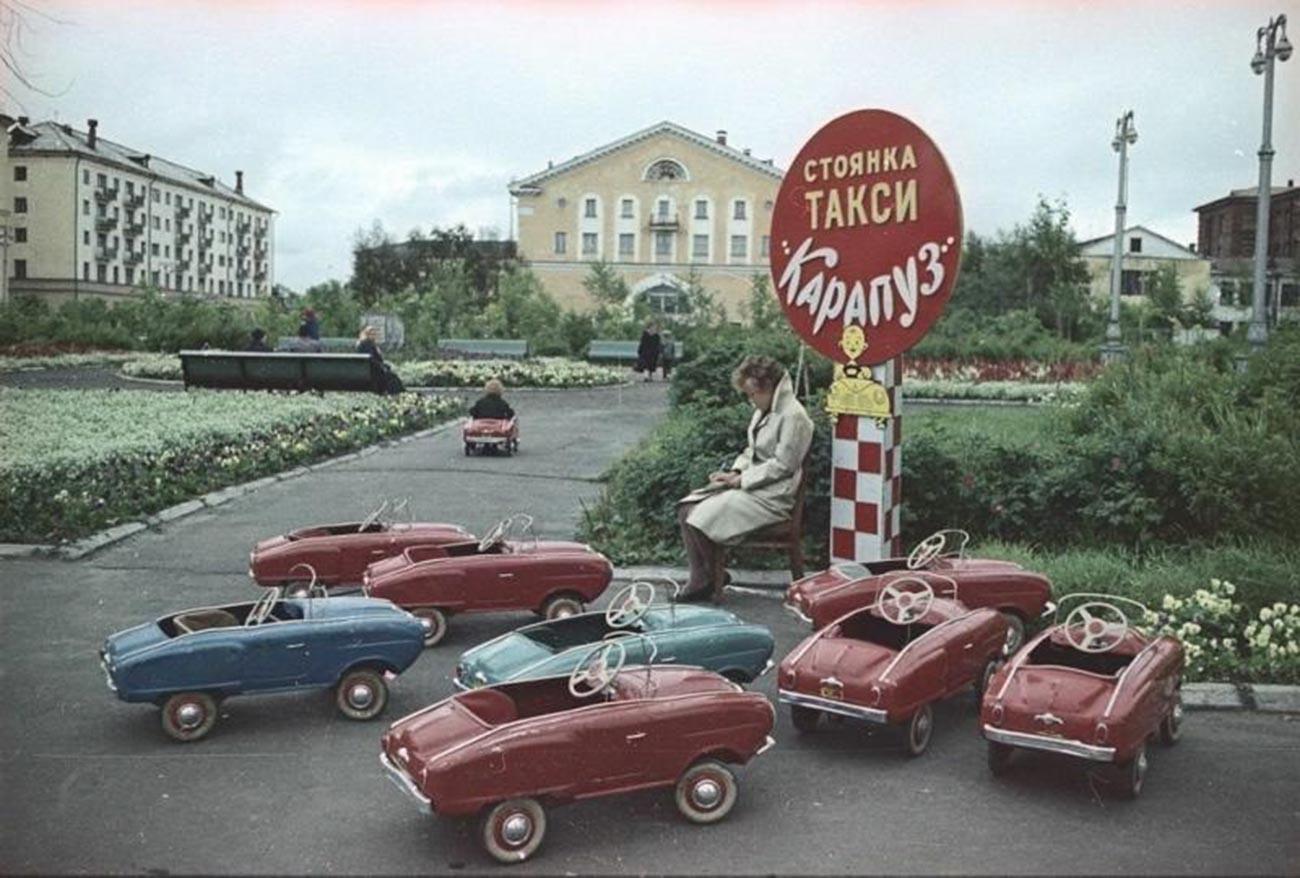 На паркинга на детски таксита, Архангелск 1965 г.