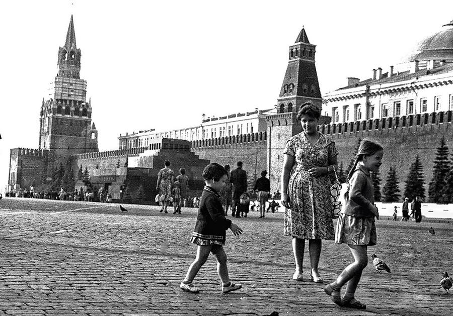 Seorang perempuan dengan dua putrinya di Lapangan Merah.