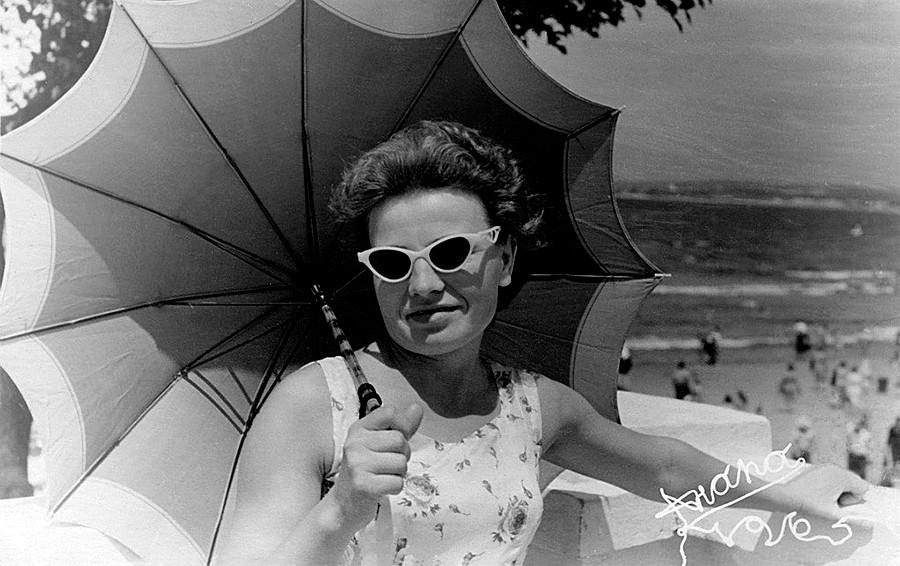 Seorang perempuan memegang payung.