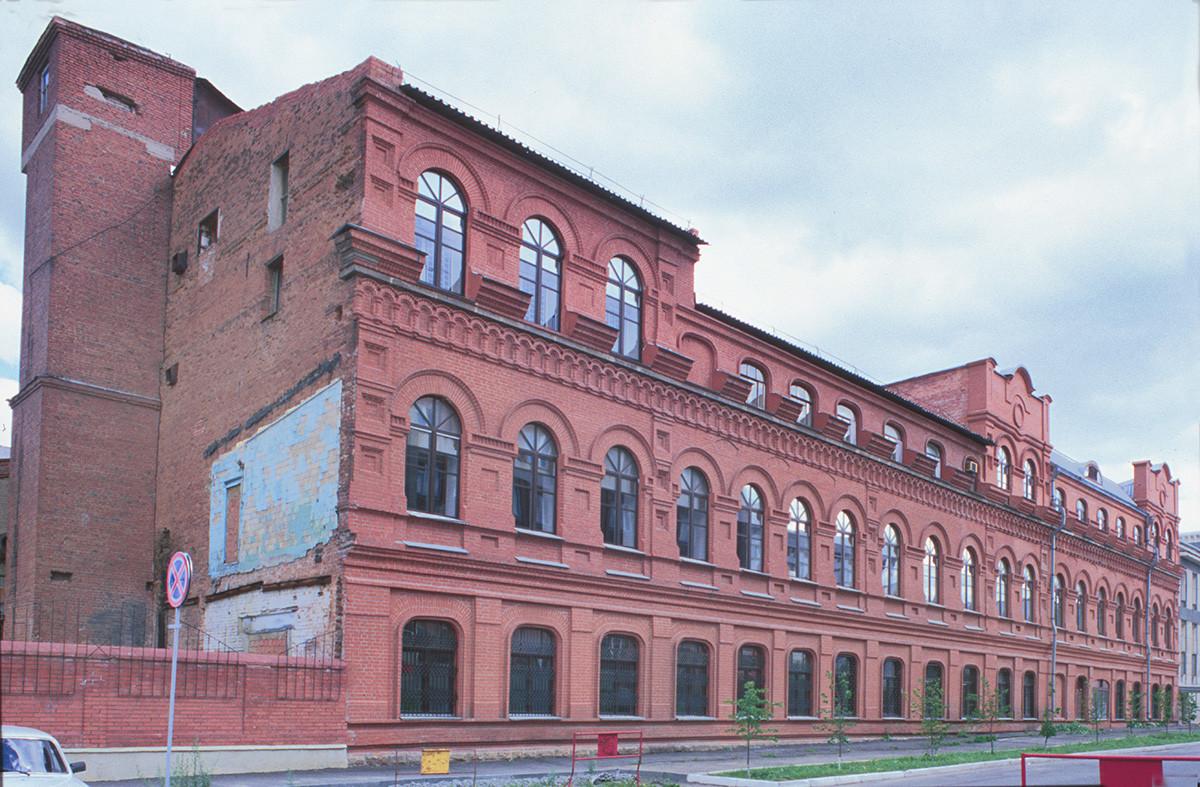 Usine de triage de thé d'Alexandre Kouznetsov. Construite en 1904, elle était l'une des principales infrastructures de traitement du thé en Russie. Au moment de la visite de Prokoudine-Gorski, elle comptait environ 2000 employés.