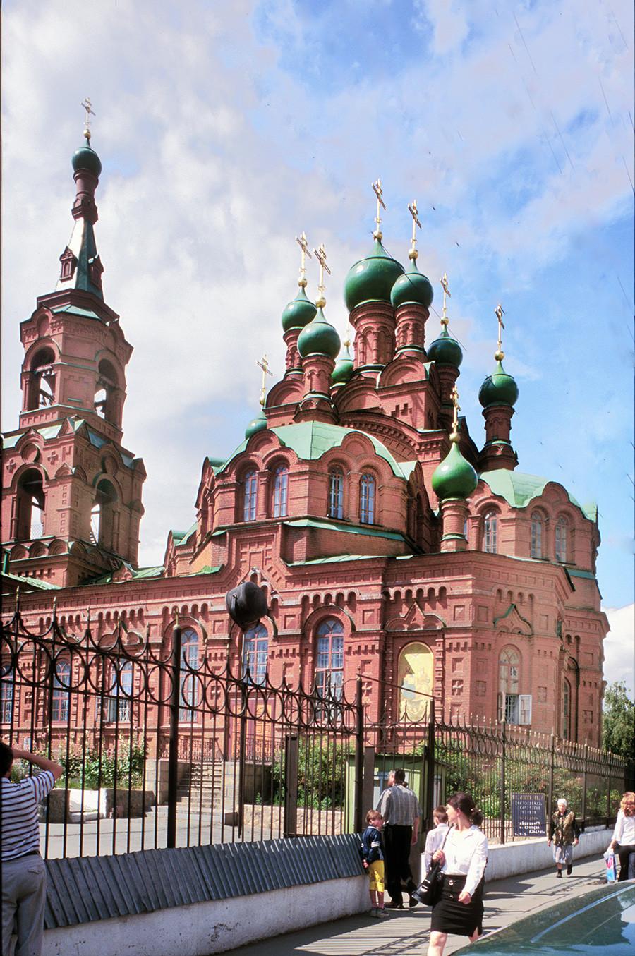 Église de la Sainte-Trinité, façade sud. Construite entre 1909 et 1914, elle a été fermée en 1929 et transformée en Musée de l'Histoire régionale. Elle a été restituée à l'Église orthodoxe russe en 1990 et restaurée en 1993.