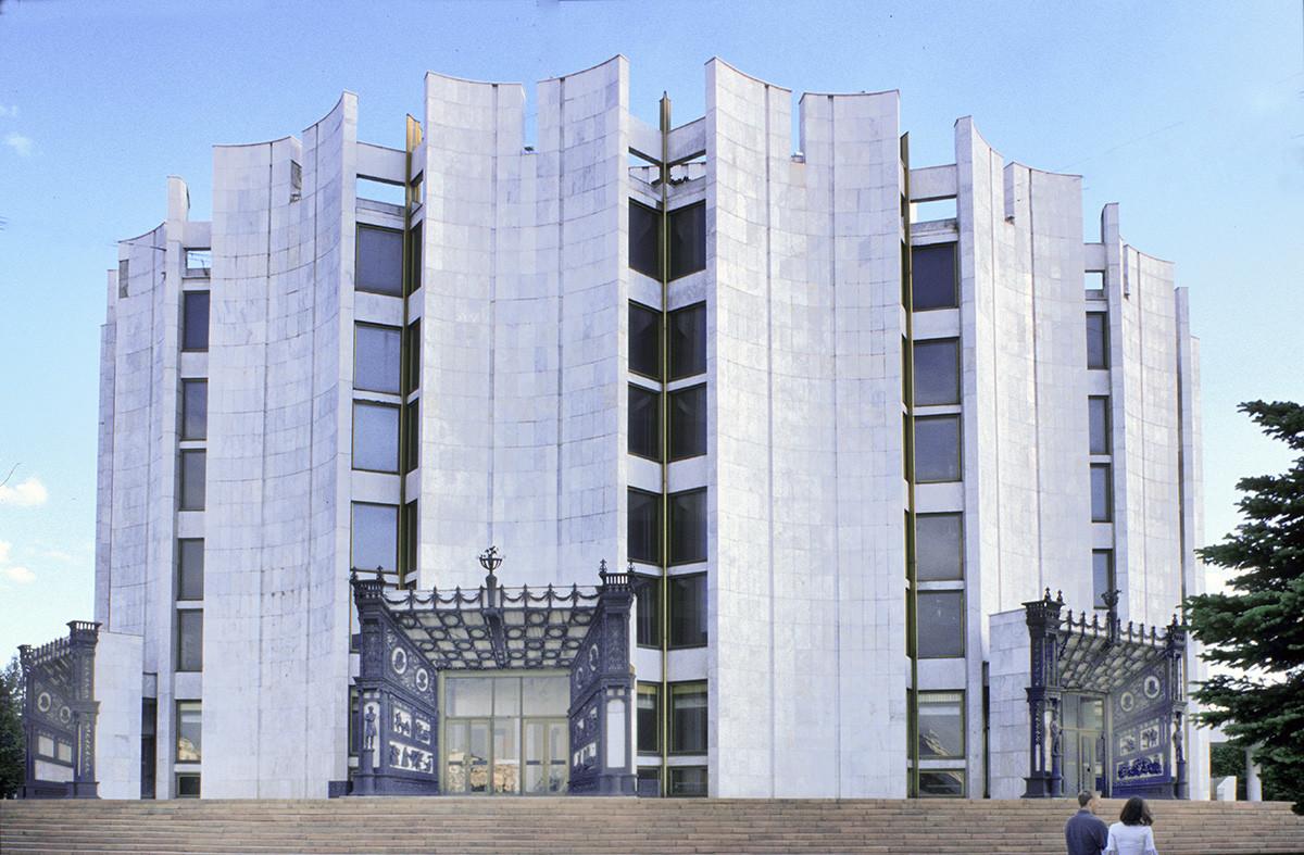 Théâtre dramatique Naoum Orlov. Débuté en 1973 et ouvert en 1982, les entrées du nouveau théâtre dramatique de Tcheliabinsk sont encadrées par de l'art en fer forgé de Kasli.