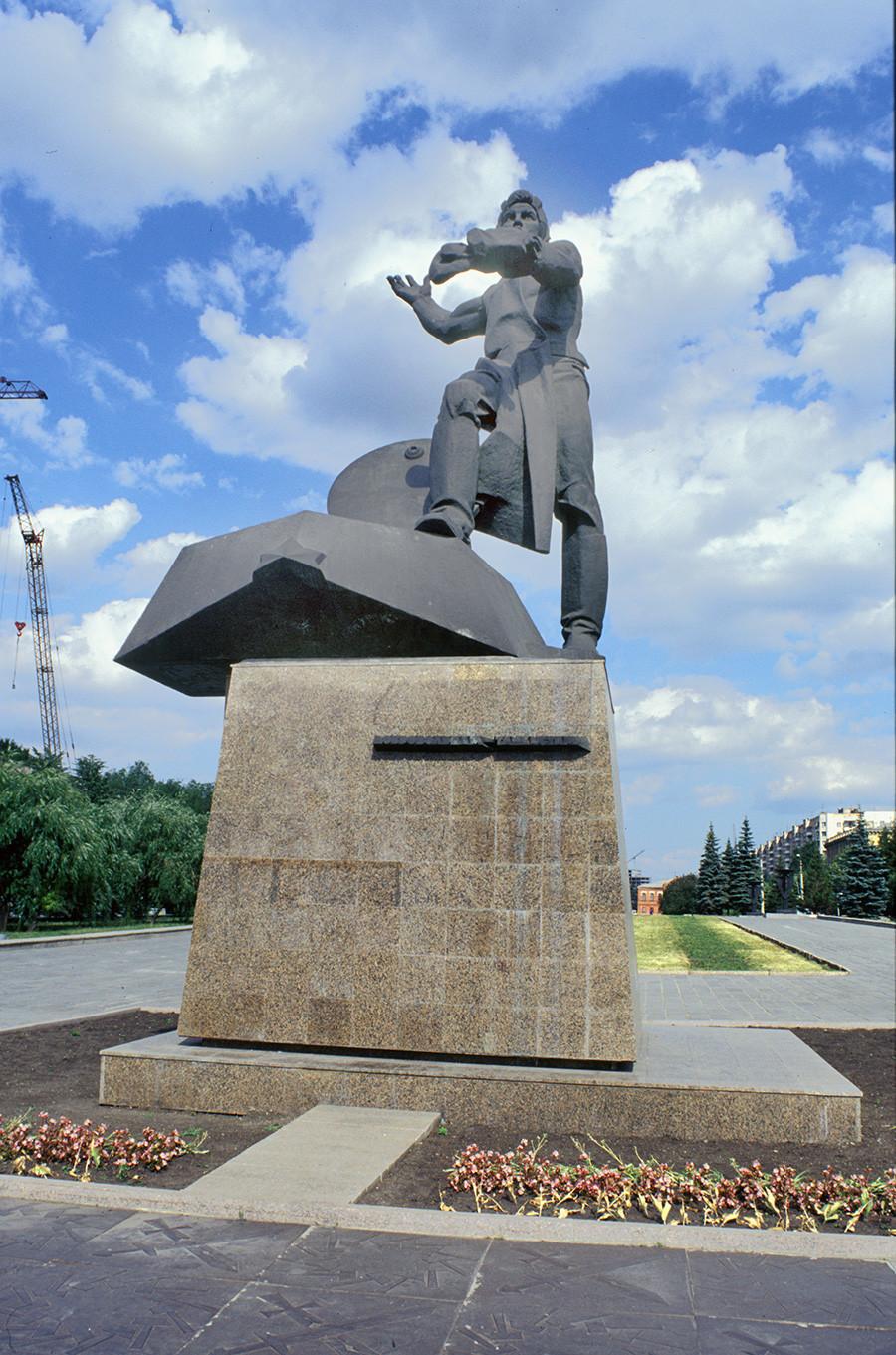 Monument aux volontaires de Tcheliabinsk qui ont rejoint le corps blindé de la Garde des volontaires de l'Oural. Formé en 1943, le corps blindé s'est battu d'Oriol à Berlin. Sculpteur: Lev Golodnitski. Inauguré en mai 1975.