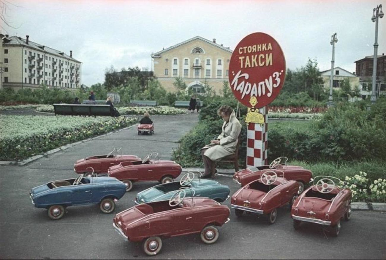 Na parkingu dječjeg taksija, Arhangelsk, 1965.