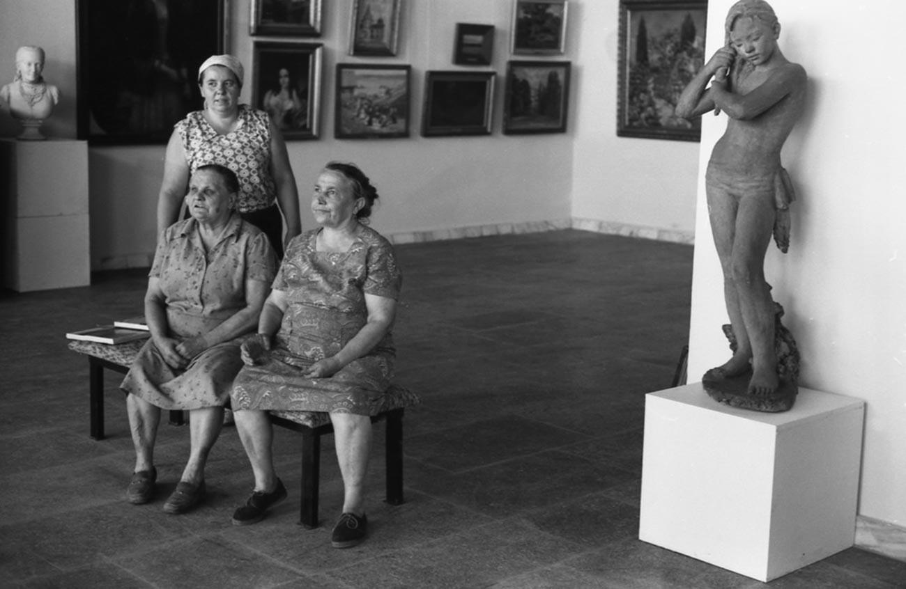 Surveillantes d'un musée